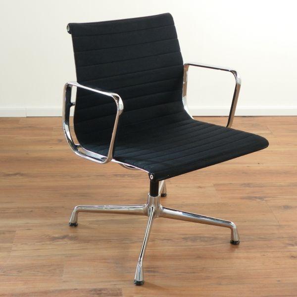 """Vitra """"Eames Alu Chair EA 108"""" - Stoff in schwarz - Gestell chrom"""
