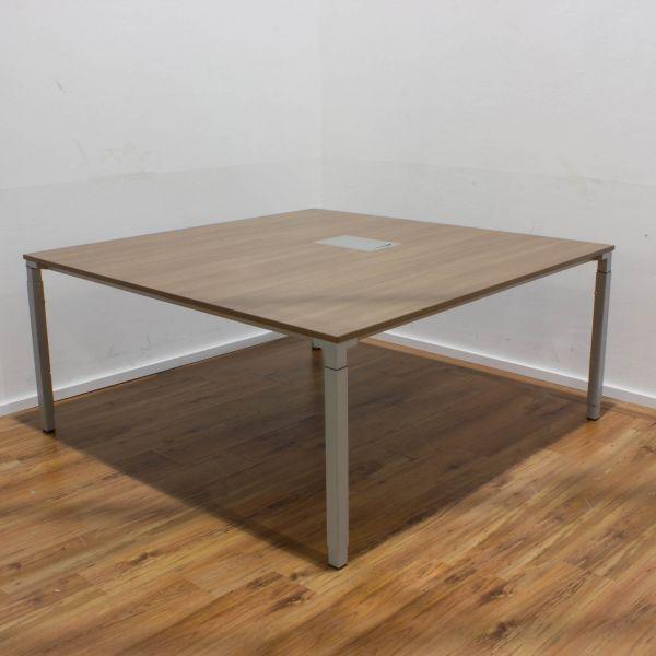 Steelcase Kalidro Konferenztisch Nussbaum 160x160 cm + Netzwerkport