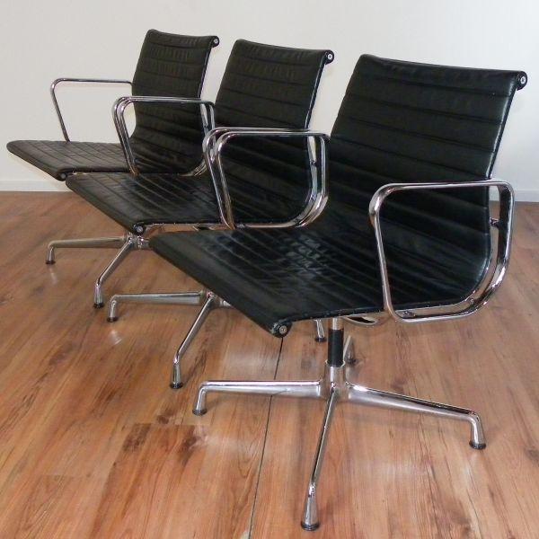 """Vitra Konferenzstuhl """"Eames Alu Chair EA 105"""" - Leder schwarz - 3er-Set"""