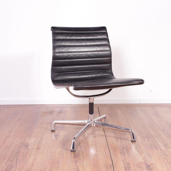 """Vitra Konferenzstuhl """"Eames Alu Chair"""" - Leder in schwarz - Gestell chrom"""