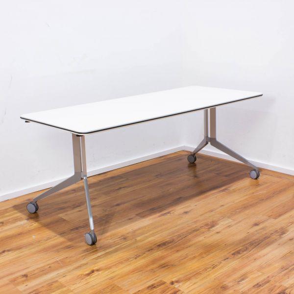 Haworth Flip-Flop Staffel-Schreibtisch 180x80 cm weiß - 4-Fußgestell silber auf Rollen