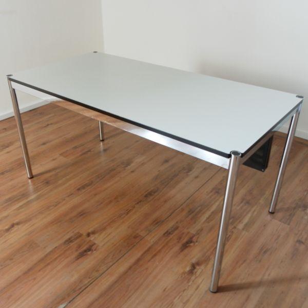USM Haller Schreibtisch - 150 x 75 cm in perlgrau - Gestell 4-Fuß chrom