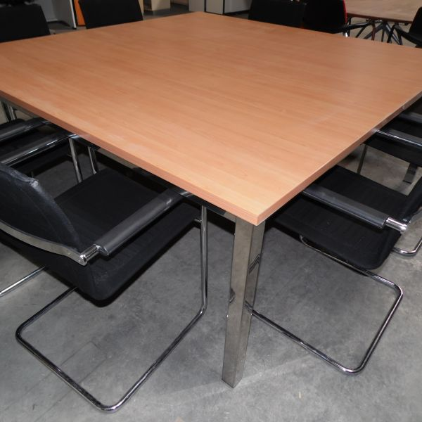 Konferenztisch - 180x180 cm in rote buche - Gestell 4-Fuß chrom