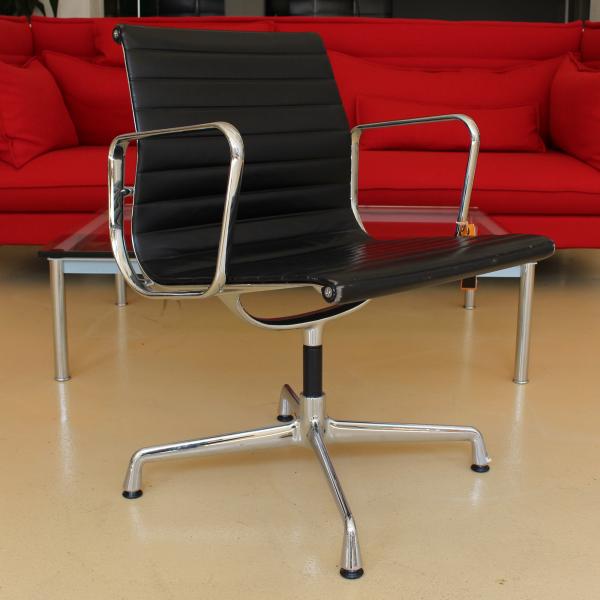 Vitra Eames EA 107 Besprechungsstuhl Lederbezug schwarz Gestell chrom
