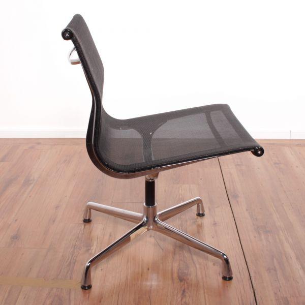 """Vitra Konferenzstuhl """"Eames Alu Chair"""" - Netzrücken in schwarz - Gestell chrom"""