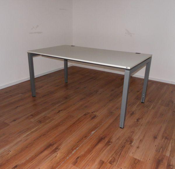 Schärf Schreibtisch - 160x90cm in lichtgrau - 4-Fußgestell silber