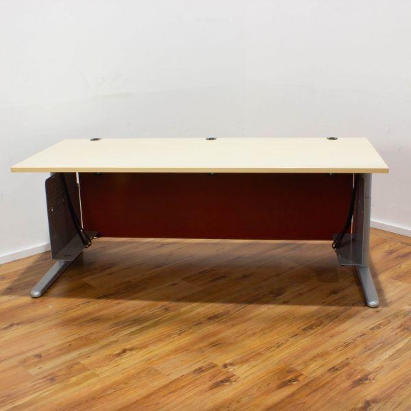 König & Neurath Schreibtisch 180 x 80 cm ahorn - Gestell silber - Knieblende rot